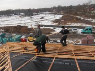 Dachdecker decken Dach Passivhaus aus Stein